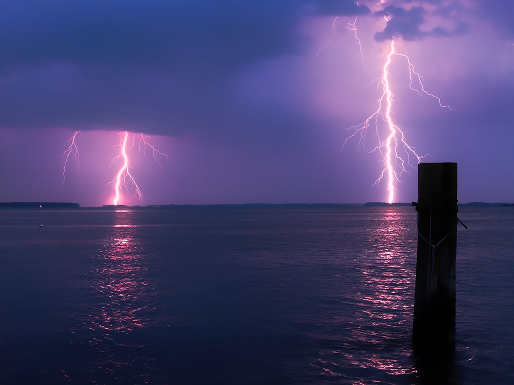 lightning_over_water_1024x768.png
